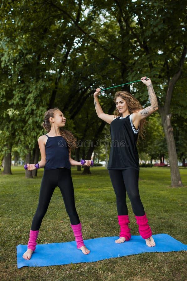 Gymnastique de travail d'équipe Sport actif dehors photographie stock