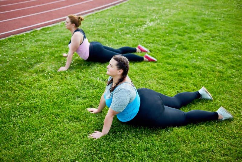 Gymnastique sur l'herbe photo stock