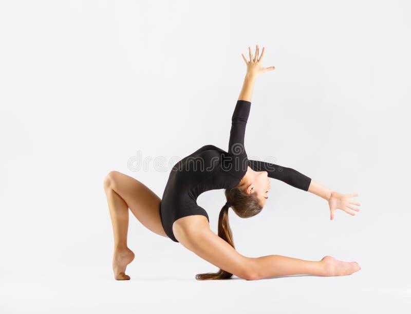 Gymnastisk förlovad konst för ung flicka royaltyfri fotografi