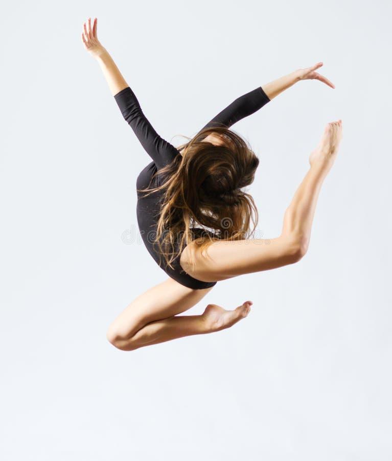 Gymnastisk förlovad konst för ung flicka royaltyfri bild