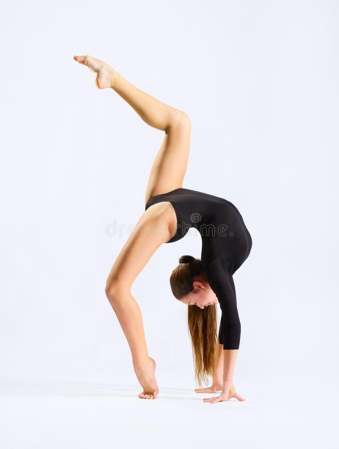 Gymnastisk förlovad konst för ung flicka arkivbild