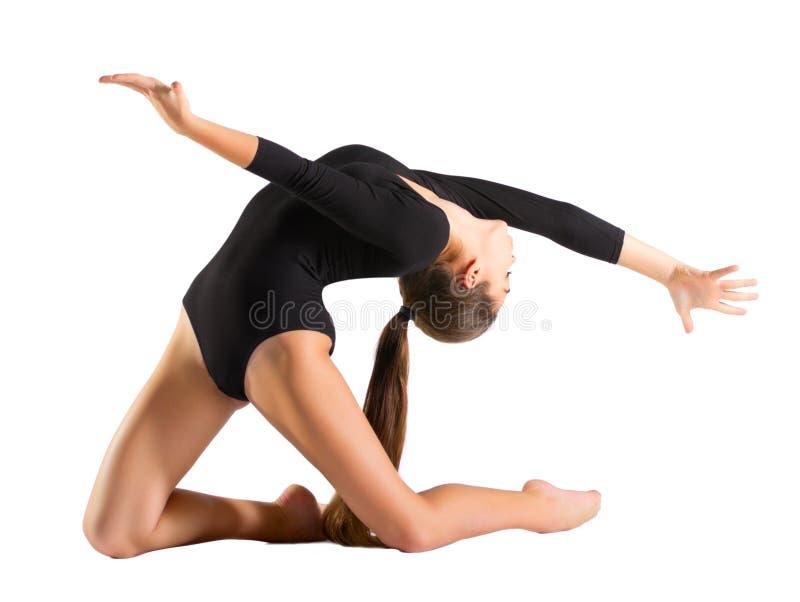 Gymnastiska förlovade konster för ung flicka royaltyfri foto