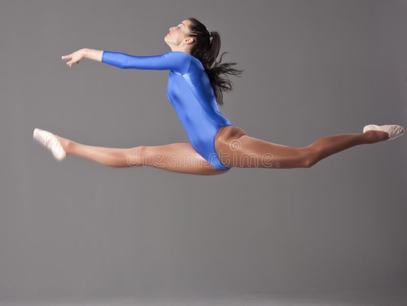 gymnastiska hoppsplits arkivbilder