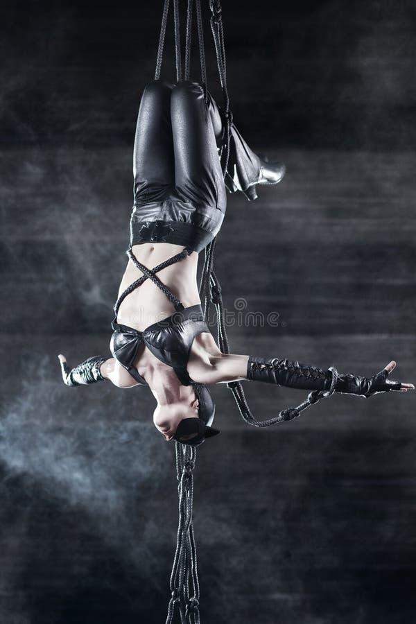 Download Gymnastkvinnabarn fotografering för bildbyråer. Bild av cirkus - 19798313