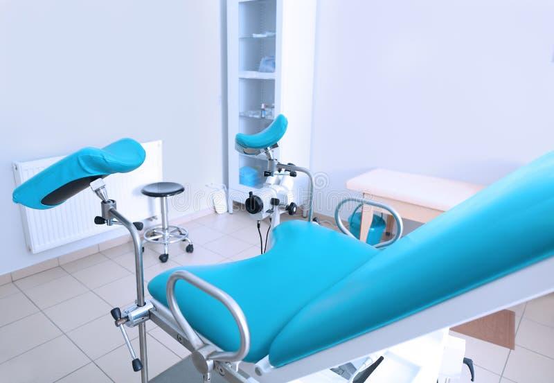 Gynäkologischer Raum mit Stuhl stockbild