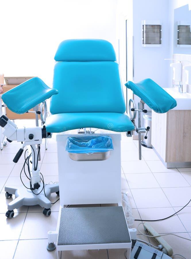 Gynäkologischer Raum mit Stuhl lizenzfreie stockfotos