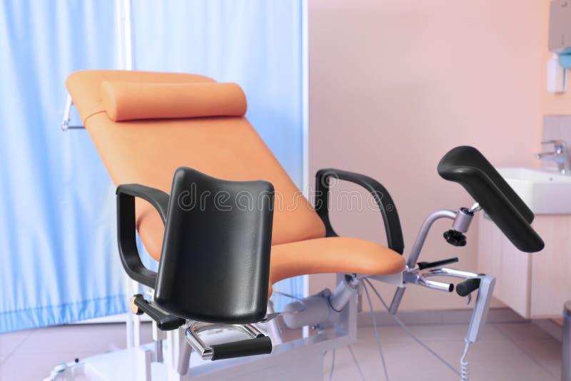 Gynäkologischer Raum mit Stuhl lizenzfreies stockbild