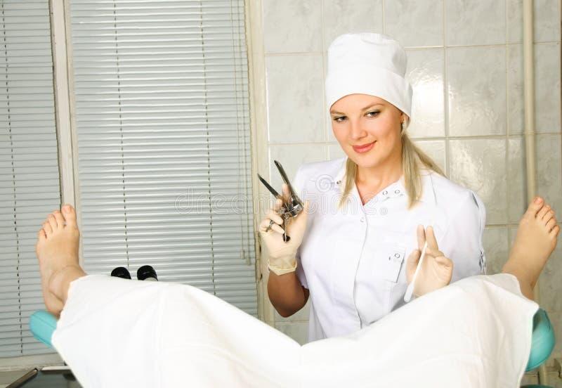 Gynécologue examinant un patient photographie stock libre de droits
