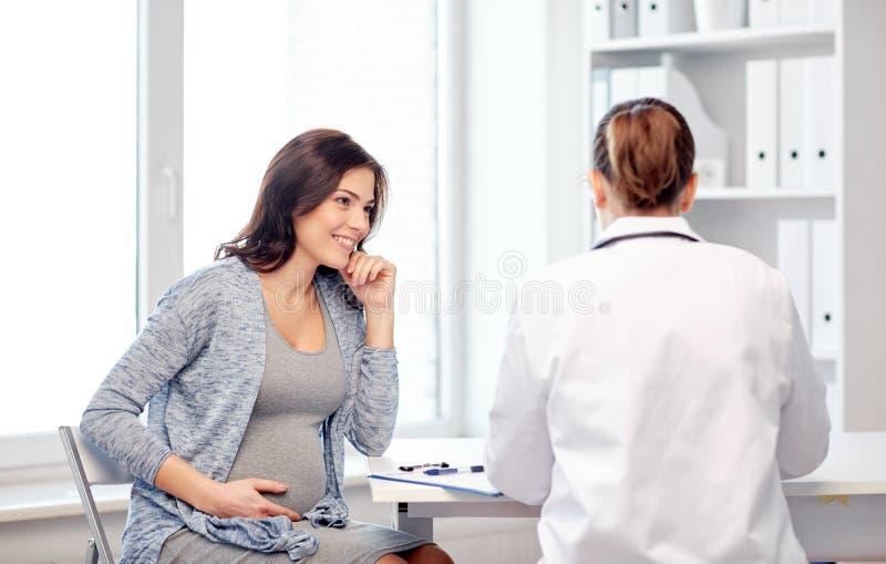 Gynaecoloog arts en zwangere vrouw bij het ziekenhuis royalty-vrije stock fotografie