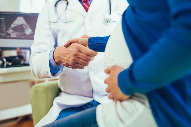 Gynekologdoktors- och gravid kvinnamöte på sjukhuset royaltyfri foto