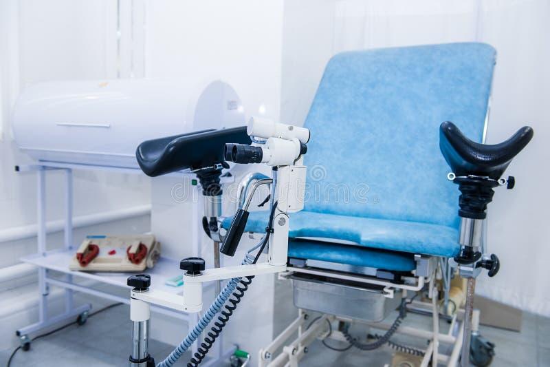 Gynekologiskt kirurgirum med stol och utrustning Läkarundersökning- och sjukvårdbegrepp Selektivt fokusera royaltyfria foton