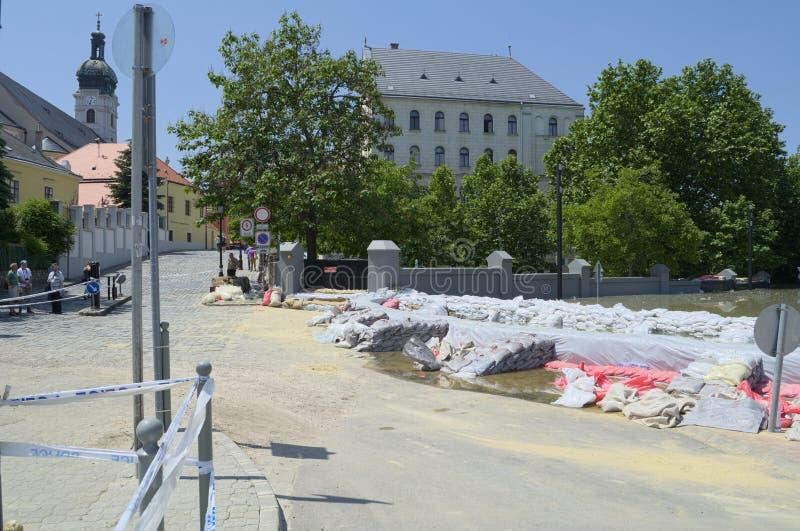 GYOR, HUNGARY/EUROPE - 8 DE JUNIO DE 2013: Bolsas de arena que llevan a cabo detrás inundar el río Danubio en Gyor, Hungría foto de archivo libre de regalías