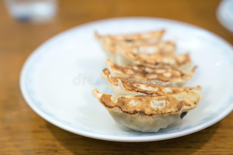 Gyoza в белом блюде на деревянной таблице стоковая фотография