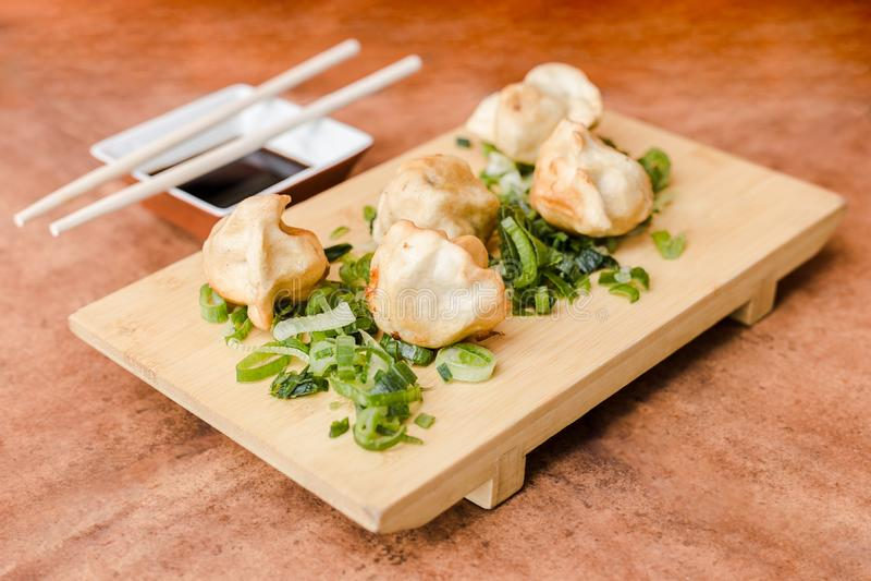 Gyoza avec la sauce de soja sur une table en bois photo libre de droits