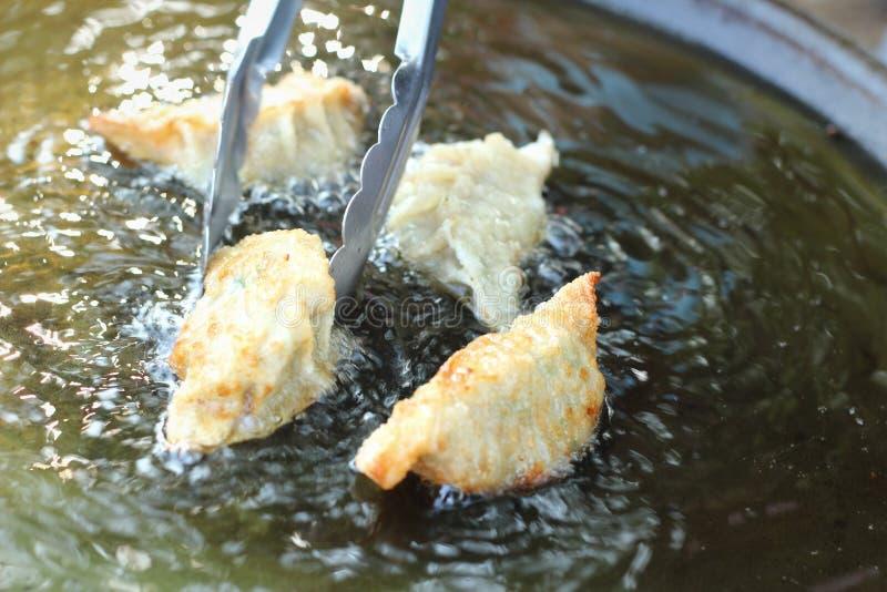 Gyoza frais frit dans une casserole photo stock