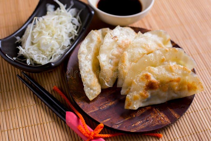 Gyoza kluchy na mini drewnianym naczyniu, popularny japoński jedzenie obrazy royalty free