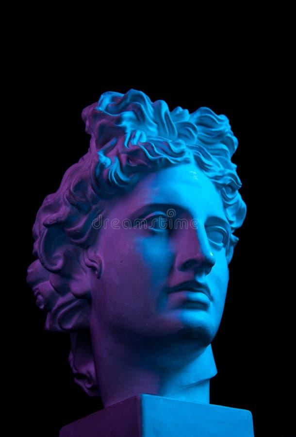 Gypsum copy van het oude standbeeld Apollo-hoofd geïsoleerd op zwarte achtergrond Gladde sculptuur royalty-vrije stock foto's