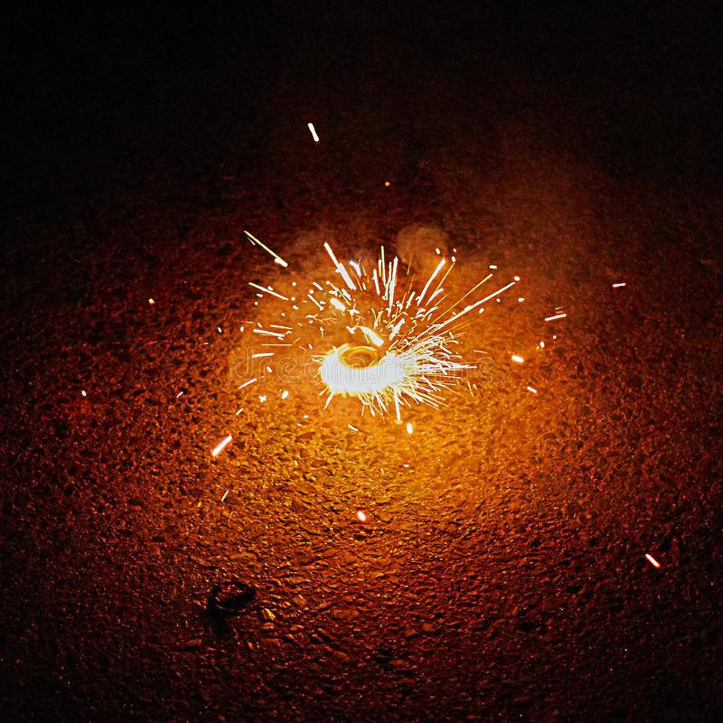 Gyroscope inférieur de feux d'artifice de pyrotechnie photos libres de droits