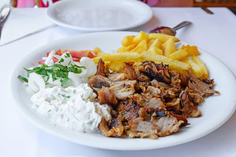 Gyroscopen met Gebraden gerechten en Salade Traditioneel Turks en Grieks vleesvoedsel stock afbeelding