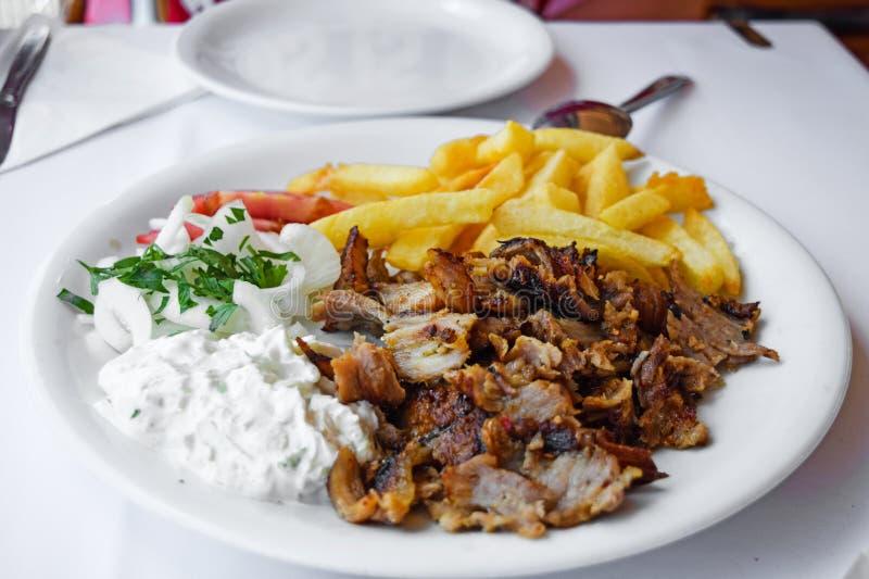 Gyroskop med småfiskar och sallad Traditionell turk och grekisk köttmat fotografering för bildbyråer