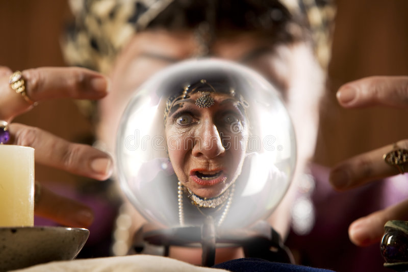 Gyspy die in een kristallen bol wordt gezien stock foto