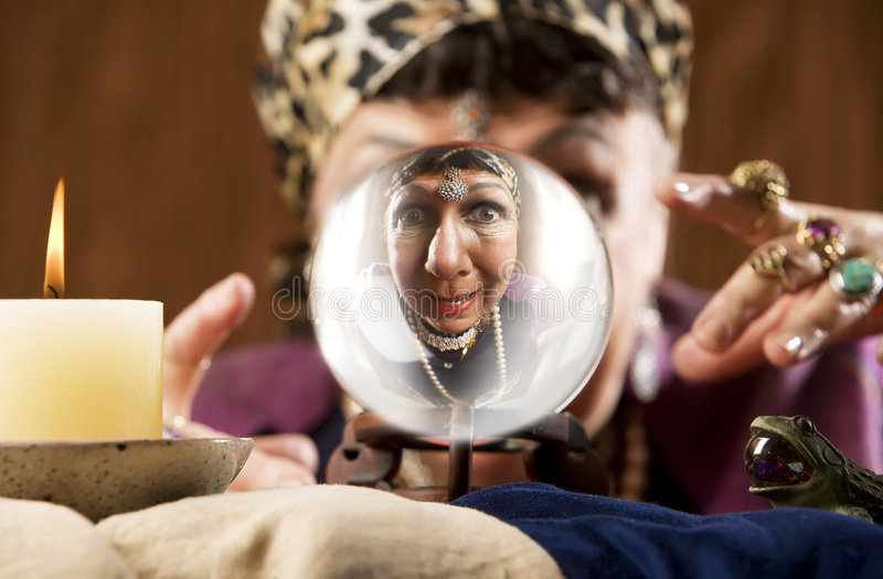 Gyspy die in een kristallen bol wordt gezien stock fotografie