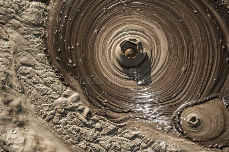 Gyttjabubbla som brister från leriga volcanoes royaltyfri bild