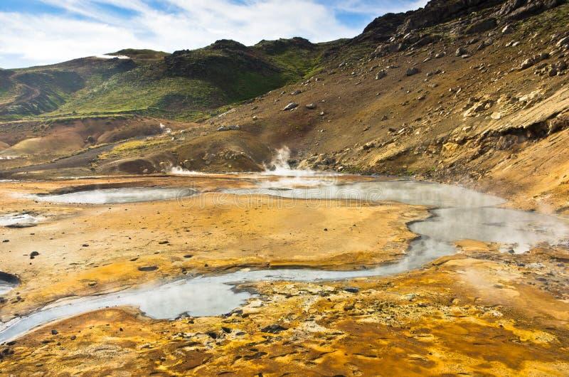 Gyttjakrukor och Hot Springs på Krysuvik geotermiskt område royaltyfri bild