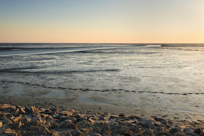 Gyttjig landremsalandskap på solnedgången royaltyfri fotografi