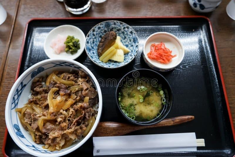 Gyudon oder Rindfleischschüssel, ein japanischer populärer Teller, im kombinierten Satz einschließlich Reisschale, Misosuppe, Ess lizenzfreie stockfotos