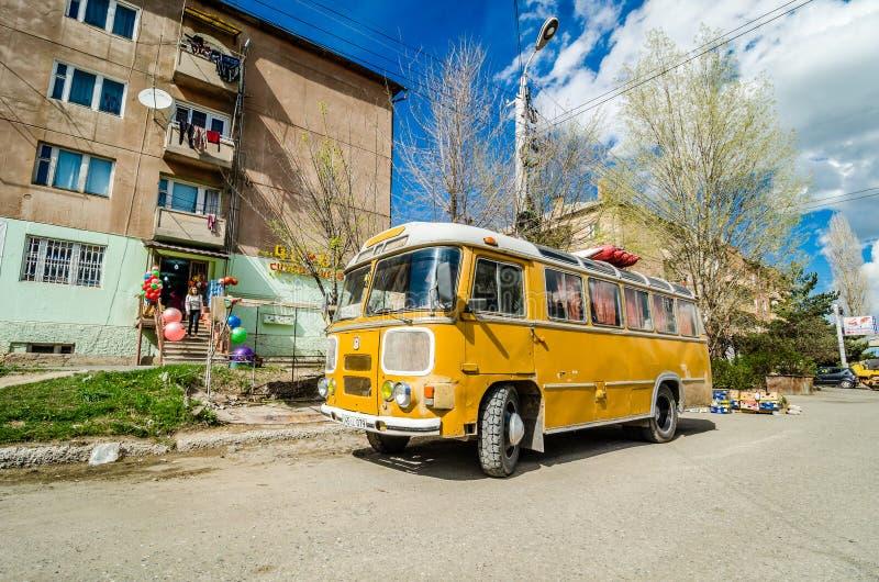 Gyumri, Armenië - Mei 9, 2017 Gele retro openbaar vervoerbus op aardgas royalty-vrije stock afbeelding