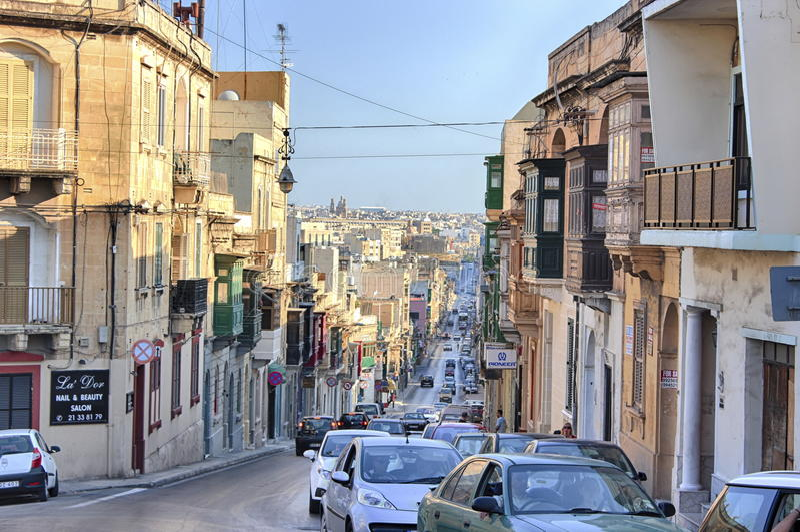 Gzira, rua central da cidade velha de Malta no dia ensolarado foto de stock royalty free
