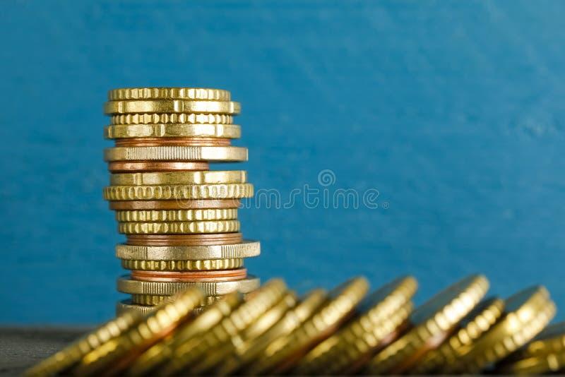 Há dinheiro do Euro contra o fundo colorido foto de stock
