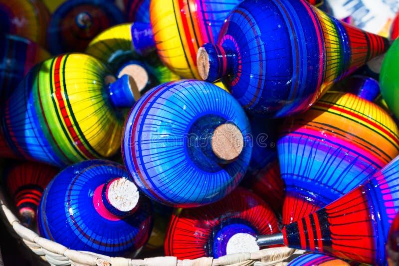 Há muitas partes superiores com muitas cores na cidade mágica do ¡ Jalisco de Tonalà fotografia de stock