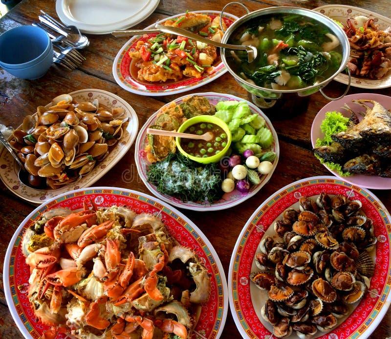 Há muitos tipos de pratos tailandeses do jantar foto de stock royalty free
