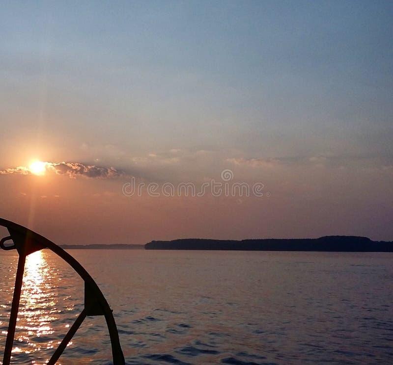 Há um por do sol no rio O céu tem a cor muito agradável imagem de stock royalty free