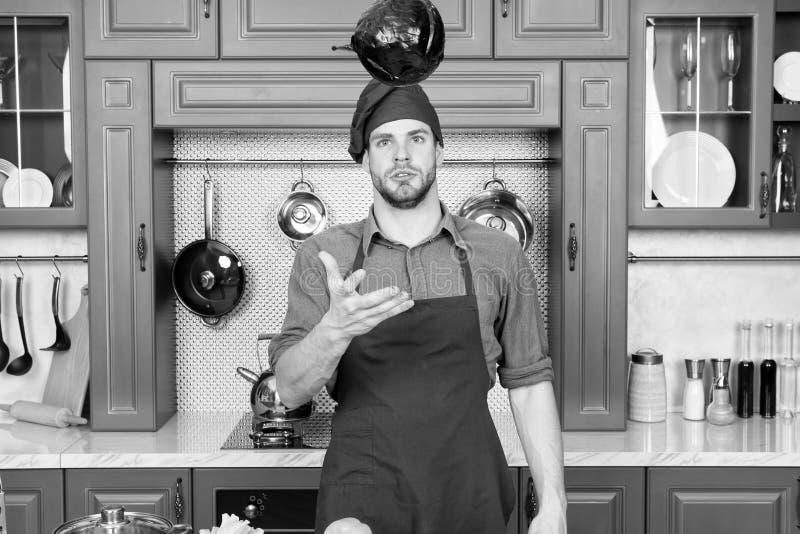 Hágalo fácil Relájese puesto una cierta música El cocinero compuesto es el más eficiente El cocinero del hombre le gusta cocinar  imagen de archivo