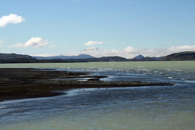 Hálslón jezioro z czarnym powulkanicznym śniegiem i plażą nakrywał góry w Iceland zdjęcie stock