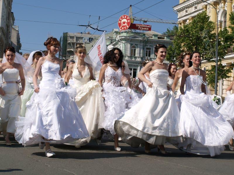 Hâte de fiancées vers le bas à la ville de rue photographie stock libre de droits