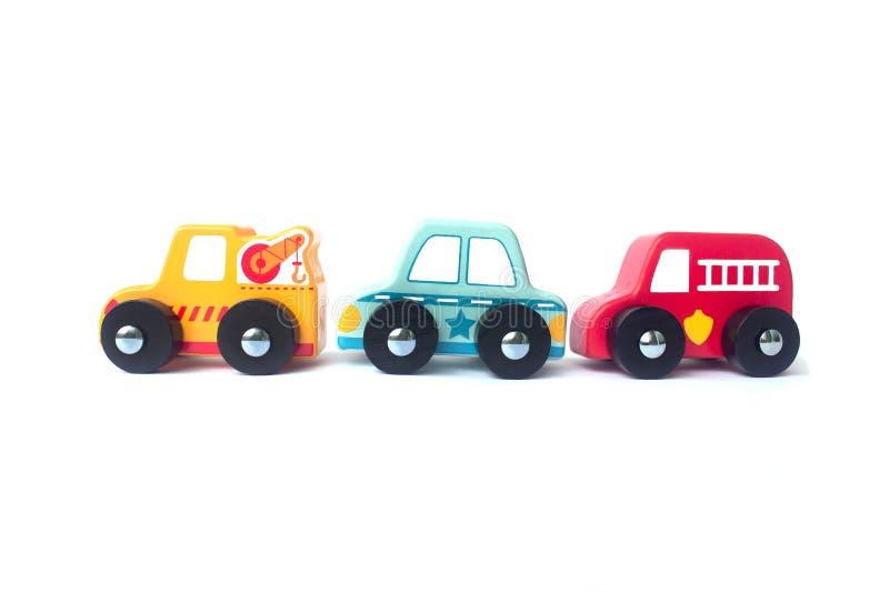 Hölzerne Autos des Baumspielzeugs lokalisiert auf Weiß stockfotografie