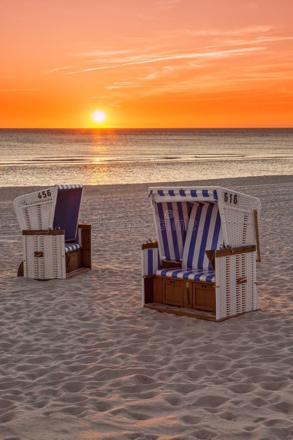 Hörnum Sylt - strandstolar på Nordsjön i solnedgång fotografering för bildbyråer