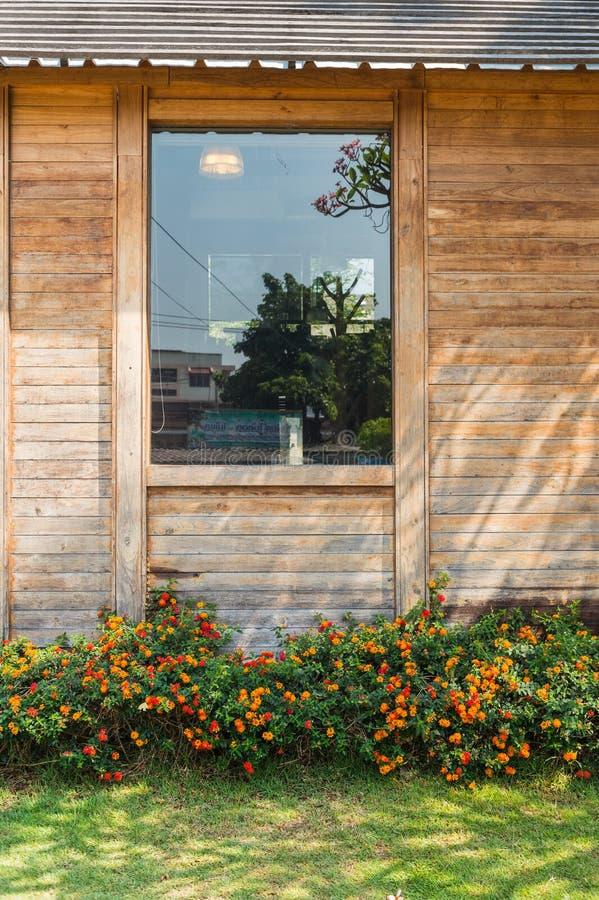 Häck av den blommaväxten och väggen fotografering för bildbyråer