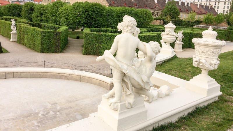 Häck och skulptur i parkera arkivbilder