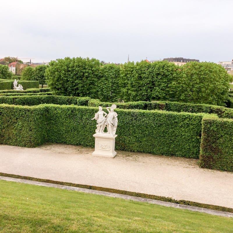Häck och skulptur i parkera arkivbild