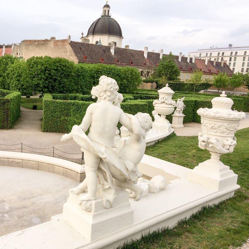 Häck och skulptur i parkera arkivfoton