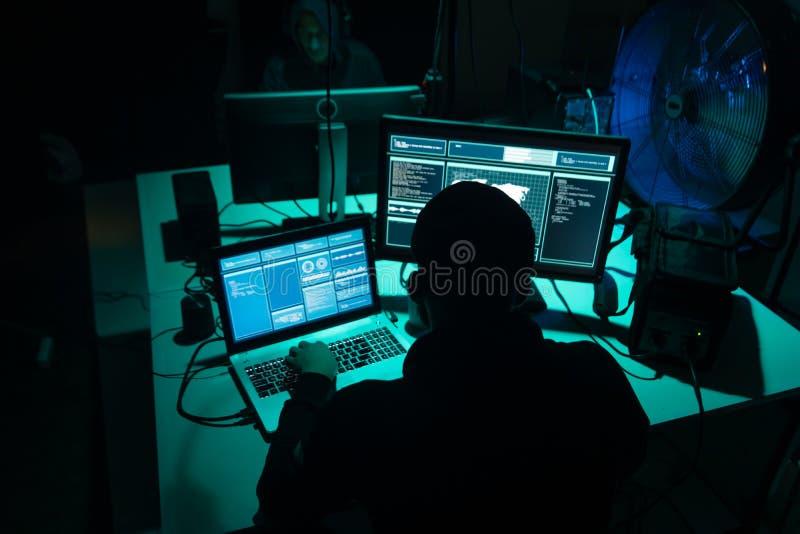 Häcker, die cryptocurrency Betrug unter Verwendung der Virus-Software und der Computerschnittstelle machen Blockchain-Cyberattack lizenzfreies stockbild