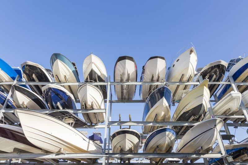 Häftas motoriska fartyg för hastighet i ett garagesystem i hamnen I fotografering för bildbyråer