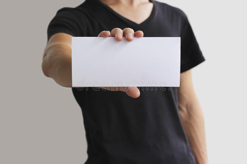 Häfte för broschyr för reklamblad för manvisningmellanrum vitt Broschyrpresentation Broschyrhållhänder Offset- papper för manshow arkivbilder