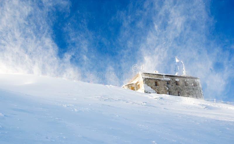 häftig snöstormberg royaltyfria bilder