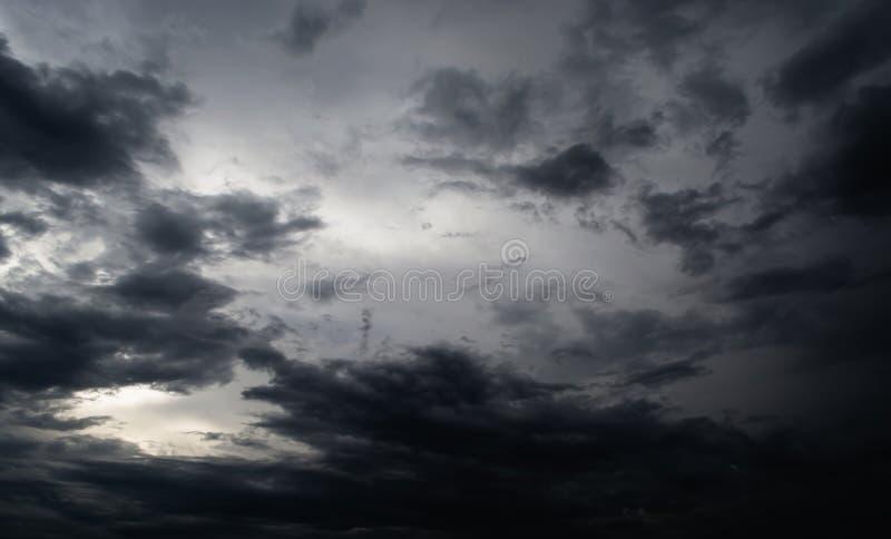 Häftigt regn för svart moln i den vidsträckta himlen arkivbild